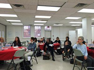 Photo représentant une discussion entre participants sur une idée de projet de recherche