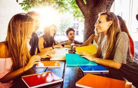 Photo illustrant des étudiants travaillant sur leur projet d'étude dehors