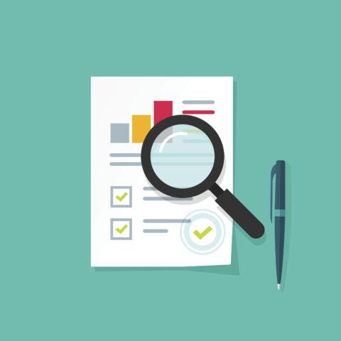 Feuille d'analyse de données avec graphique en colonnes, une loupe et un stylo