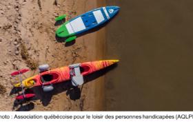 Un kayak et une planche adaptés sur la plage, vus de haut. Photo de l'Association québécoise pour le loisir des personnes handicapées (AQLPH)